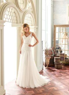 Deze mooie trouwjurk van Modeca model Tamara valt sluik en heeft een soft kanten lijfje. Het lijfje heeft transparante schouder bandjes wat door loopt in een prachtige lage, blote rug. De jurk heeft een romantische uitstraling.