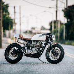 This 1971 Triumph TR6R Tiger was built by @jessespade222. The bike has a mono shock setup and an awesome exhaust setup partly made out of BBQ grill. Killer work! Photo by @matthewjonesphoto. #croig #caferacersofinstagram