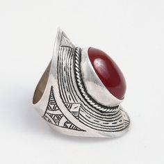 Inel Agadez, argint gravat și carneol, Sahara #metaphora #silverjewelry #tuaregjewelry #ring #carnelian #sahara Carnelian, Silver Jewelry, Gemstone Rings, Gemstones, Jewellery, Jewels, Gems, Silver Jewellery, Schmuck