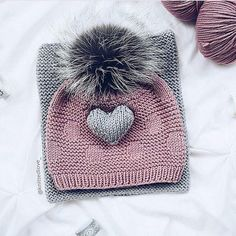 Diy Crafts - Pom pom cozy beanies are a nice and stylish idea to keep you warm. They are usually created from thick wool to insulate heat very well. Knitting For Kids, Loom Knitting, Knitting Patterns Free, Knitting Projects, Baby Knitting, Crochet Baby, Crochet Projects, Knit Crochet, Crochet Patterns