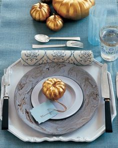 I'm totally inspired by this Thanksgiving table setting from Martha Stewart. First of all, the gold pumpkins are utterly chic and a great way to update an Thanksgiving Table Settings, Thanksgiving Tablescapes, Diy Thanksgiving, Thanksgiving Decorations, Holiday Tables, Vegetarian Thanksgiving, Christmas Tables, Christmas Settings, Seasonal Decor
