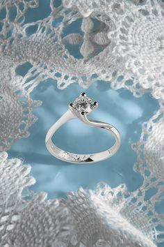 #EngagamentRing #Victoria #Handmade #NaturalGemstones #Diamonds #WhiteGold #TopTrend #2020 #EngagamentCollection. Niektoré dary sú natoľko výnimočné, že si ich zapamätáte do konca života. Diamantový zásnubný prsteň Victoria je jedným z nich. Originálny dizajn, moderné biele zlato, prírodný diamant s minimálnou veľkosťou 0,50 ct., to všetko sme spojili do jedného dychberúceho skvostu. Už viac nečakajte. Správny okamih na zásnuby je práve teraz! Diamond Engagement Rings, Victoria, Beauty, Jewelry, Jewellery Making, Jewlery, Jewelery, Jewerly, Engagement Rings