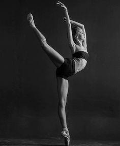 Flawless. @ionovaworld by @darianvolkova   #darianvolkovaphotography #worldwideballet #dariaiovana ✨