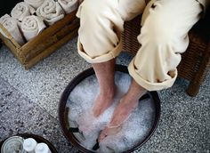 How to Get Rid of Foot Odor? Home Remedies for Foot Odor Removal. Treat Foot Odor at home. Foot Remedies, Homeopathic Remedies, Health Remedies, Foot Soak Vinegar, Toenail Fungus Remedies, Foot Odor, Good Massage, Massage Room, Neck Massage