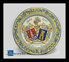 Plato liso cerámica Talavera, bodas de oro, heráldico color.