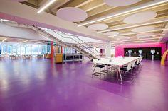 Não somos pisos vinílicos, somos pisos de borracha. Os pisos Nora são 100% de borracha, baseados em qualidade e sustentabilidade com mais de 300 variações de cores e design, totalmente ergonômico, certificação LEED, resistente a manchas, ao grande tráfego comercial e voltado para diversas aplicações. Instalação dos pisos Special Color noraplan sentica pelo escritório de arquitetura Pinnacle Flooring, Sutton Coldfield no Solihull Central Library em Solihull | Inglaterra.