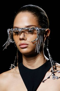 See all the Details photos from Givenchy Spring/Summer 2019 Ready-To-Wear now on British Vogue Fashion Week, Fashion Show, Fashion Trends, Fashion Music, Fashion Addict, Spring Fashion, High Fashion, Pose, Cat Walk