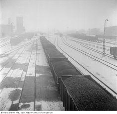 Spoorwegemplacement van steenkolenmijn Julia, Eygelshoven (1947) Railroad Tracks, Sidewalk, Van, History, Outfits, Pictures, Library Locations, Historia, Suits