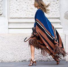 inspiração como usar pochos e capas, street style