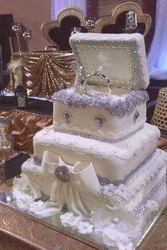 Nicht nur Blumen werden von der zukünftigen Braut bei der Hochzeitsfeier in der Hand gehalten, . Extravagant Wedding Cakes, Bling Wedding Cakes, Wedding Cake Prices, Amazing Wedding Cakes, Elegant Wedding Cakes, Wedding Cake Designs, Wedding Cake Toppers, Bling Cakes, Elegant Cakes