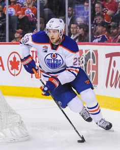 Leon Draisaitl Photos Photos - Leon Draisaitl of the Edmonton Oilers in action against the Calgary Flames during an NHL game at Scotiabank Saddledome on January 2017 in Calgary, Alberta, Canada. - Edmonton Oilers v Calgary Flames Hockey Puck, Field Hockey, Hockey Posters, Premier League Soccer, Hockey World, Nhl Games, Edmonton Oilers, Vancouver Canucks, January 21