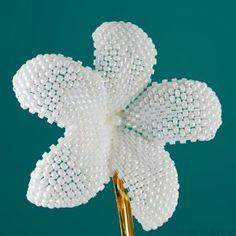 Decorando e inovando com flores feitas de miçangas.  #ldicristais  www.ldicristais.com.br