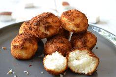 Gezonde kokosmakronen, zonder suiker en met maar 3 ingrediënten!Ingrediënten 2 eiwitten 60 ml agavesiroop (ongeveer 4 eetlepels) 125 gram kokosrasp