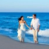 地中海のカップルを歩いてビーチ海岸をブルーします。 stock photography