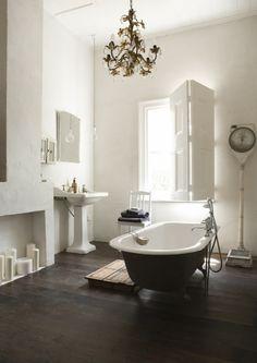 puulattia, tummaksi ammeen alusta, ikkuna, jossa luukut, valetakka, kattokruunuwhite bathroom,