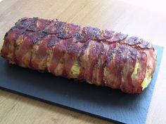 Ingredientes necesarios 24 lonchas de bacon aprox. 400 gr. de carne picada mixta 1 lata de pimientos del piquillo 4 lonchas de queso 1cebolla 2 patatas 3 huevos aceite de oliva, sal y pimienta