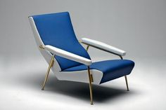 Réédité par Molteni&C, ce fauteuil fut réalisé en 1953. Les formes de l'assise et du dossier reprennent celle de la courbure du dos, afin d'offrir un confort optimal. Les accoudoirs sont inclinés afin que le corps puisse se laisser aller à un pur moment de détente.