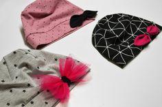 Návod na ušití čepice s mašlí vel.: 46-57 cm (střih zdarma) - SHAPE-patterns.cz Shape Patterns, Sunglasses Case, Shapes, Hoods, Decor, Fashion, Moda, Cowls, Decoration