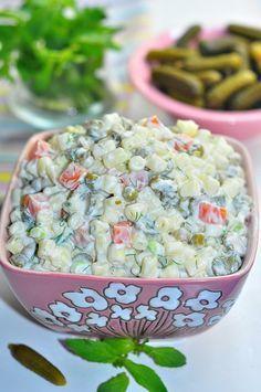 MAKARNA SALATASI Malzemeler Yarım paket makarna 6 adet salatalık turşusu 1 su bardağı karışık garnitür Bir tutam dereotu 1 su bardağı yoğurt 3 kaşık mayonez 1 tane taze soğan 2 yemek kaşığı sıvıyağ Hazırlanışı Makarna bol suda tuzuda serpilir ve haşlanır.Sonra süzülür ve soğuk sudan geçirilir. Garnitürde ...