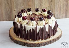 Chocolate cake with cherries and alcohol - recipe from Smaker.pl Chocolate cake with cherries and alcohol – recipe from Smaker.pl Tort czekoladowy z wiśniami i alkoholem – przepis ze Smaker.pl 163 Source by adrianaboriwik Easy Cake Recipes, Dessert Recipes, German Torte Recipe, Strawberry Torte Recipe, Birthday Cake Alternatives, Chocolate Cherry Cake, Pastry Design, Nutella Cake, Painted Cakes