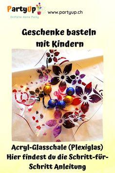 Geschenke basteln mit Kindern günstig, einfach und schnell. Wunderschöne Schalen zum Befüllen aus Acrylglas (oder Plexiglas) selbst gemacht mit Kindern. Egal ob zu Weihnachten (Weihnachtsgeschenk), Muttertag, Geburtstag, Valentinstag oder Ostern. Auch toll für die Grundschule, Kindergarten, KITA, Vorschule. Für Oma, Grossmutter, Mutter Tante, Freundin, als Deko zu Hause. Tolles DIY. Hier geht es zur Anleitung. #Geschenk #Schale #Acrylglas #Kinder #Weihnachten #Muttertag
