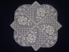 very pretty rose dimensional doily Crochet Cross, Crochet Chart, Crochet Home, Thread Crochet, Crochet Motif, Crochet Doilies, Knit Crochet, Crochet Stitches Patterns, Doily Patterns