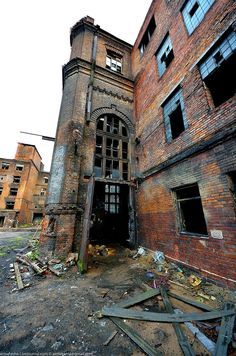Deserted Places: An abandoned industrial complex in St. Petersburg Deserted Places: An abandoned industrial complex in St. Old Abandoned Buildings, Abandoned Mansions, Old Buildings, Abandoned Places, Abandoned Ohio, Mansion Homes, Desert Places, Legends And Myths, Haunted Places