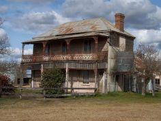 Farmhouse at Freeman's Reach, Hawkesbury area Australian Architecture, Australian Homes, Historical Architecture, Old Abandoned Houses, Abandoned Buildings, Abandoned Places, Queenslander House, Australia Landscape, Old Farm Houses