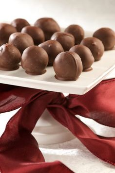 Orange Truffles are a favorite candy to treat your guests to this holiday season.Chocolate Orange Truffles are a favorite candy to treat your guests to this holiday season. Köstliche Desserts, Chocolate Desserts, Delicious Desserts, Dessert Recipes, Chocolate Chocolate, Chocolate Covered, Fudge, Holiday Baking, Christmas Baking
