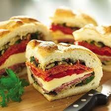 En super fin og nem måde at lave en madpakke på. Ud af bolledejen - se opskriften her: http://provinslivet.blogspot.com/2010/09/boller...