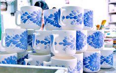 Colombia Artesanal: El Carmen de Viboral, colores que inspiran - Artesanías de Colombia Plate Sets, Pottery, Plates, Mugs, My Love, Tableware, Handmade Decorations, Flower Vases, Vases