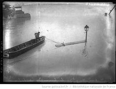 Inondation, quai de La Tournelle, 23/1/1910 [Paris, 5e arrondissement, homme sur une barque] : [photographie de presse] / [Agence Rol] - 1