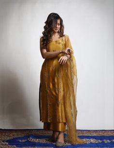 Pakistani Wedding Dresses, Pakistani Dress Design, Pakistani Outfits, Indian Outfits, Wedding Hijab, Pakistani Clothing, Dress Indian Style, Indian Dresses, Abaya Style