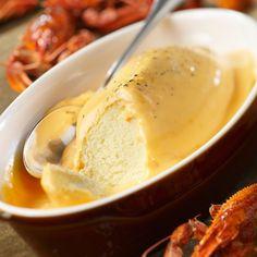 La quenelle de brochet au beurre d'écrevisse est une spécialité lyonnaise