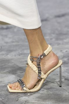 Off-White at Paris Fashion Week Fall 2020 - Details Runway Photos Source by angel_on_globe shoes high heels Mens Fashion Shoes, Look Fashion, Paris Fashion, Fall Fashion, Fashion Trends, Winter Trends, Minimalist Outfit, Valentino, Runway Shoes