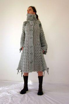 Candy Gehäkelte Bogen Mantel in grau mit Polymer Clay Schaltflächen. Dieser wunderschöne Mantel wird aus italienischen Qualitätsgarn (45 % wolle 40 % Acrylic 15 % Alpaka) hergestellt. Größe: Damen (S) - bereit für den Versand S: Länge: 100cm, Schulter: 40cm, Brust: 88 cm, Taille: 70cm, Ärmel: 65cm. Handwäsche in kaltem Wasser und trocknen Sie flach. Auch erhältlich in anderen Farben - Bitte Convo mich für Details. Für weitere Farben und Designs, dass Sie meinen Shop besuchen konn...