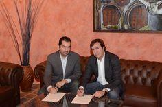 Presidente de la Delegación Territorial de Canarias (Izquierda) firmando convenio de colaboración con la Casa del Vino