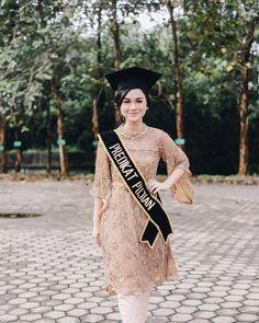 Discover recipes, home ideas, style inspiration and other ideas to try. Kebaya Muslim, Kebaya Hijab, Kebaya Dress, Kebaya Bali, Muslimah Wedding Dress, Wedding Dresses, Kebaya Modern Dress, Graduation Look, Model Kebaya