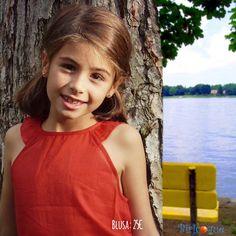 Estamos deseando que llegue el buen tiempo para poder llevar esta blusa roja que tan bien sienta a las pequeñas. ¿Se os ocurre con qué combinarla?  Encuentra toda la colección Primavera-Verano en www.biricoque.com