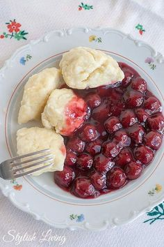 Kirschsuppe mit Keilchen Cherry soup with kisses Easy Soup Recipes, Sweet Recipes, Cooking Recipes, Vegetarian Recipes, Snacks To Make, Easy Snacks, Quick And Easy Soup, Food Now, Good Food