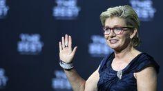 Zum dritten Mal erhält Silvia Neid die Trophäe für die FIFA-Welttrainerin. Nach dem Olympia-Triumph feiert die langjährige Bundestrainerin einen…