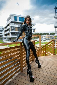 Sexy Leggings Outfit, Shiny Leggings, Latex Wear, Sexy Latex, Tight Leather Pants, Latex Pants, Hot Goth Girls, Lady, Sexy Legs And Heels