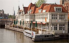 bekend vvv kantoor en vvv gebouw tegen over amsterdam cs