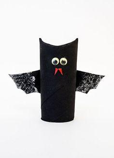 Tips hur man kan göra göra en halloween-fladdermus av toarulle (och med andra färder och dekorationer, bör den enkelt kunna bli en uggla).