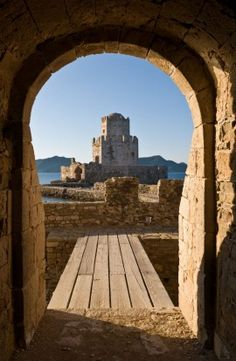 Looking through the main sea gate of Methoni fortress towards the Bourtzi tower, Methoni, Messinia, Southern Peloponnese, Greece. Photo: Peter Eastland / Alamy Stock Photo