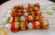 Cómo preparar Brochetas de tofu a la plancha, Recetas de Brochetas Vegetarianas y Veganas. Ingredientes: Pimiento rojo , Pimentón , Pimienta, Orégano ,...