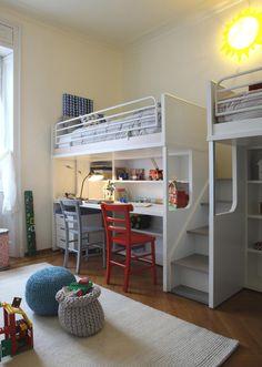 Etagenbett mit Arbeitsplatz im Kinderzimmer