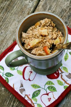 """""""Baked"""" Oatmeal in a Mug. Apple Banana """"Baked"""" Oatmeal in a Mug cup quick cooking oats 1 tbsp ground flax seed 1 egg cup milk of a banana, mashed tsp cinnamon of an apple, chopped 2 tsp honey Yummy Snacks, Healthy Snacks, Yummy Food, Healthy Recipes, Delicious Dishes, Dessert Healthy, Delicious Fruit, Vegetarian Recipes, Mug Recipes"""