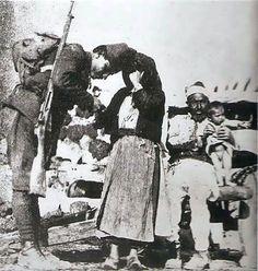 Cepheye giderken ailesiyle vedalaşan Türk askeri