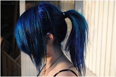 Πώς θα αποκτήσετε εντυπωσιακά μπλε μαλλιά; Μα φυσικά με το βαθύ μπλε της…